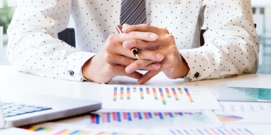 avaliador-fazendo-a-avaliacao-de-pequenas-empresas