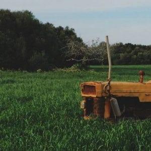 foto-de-um-campo-com-uma-maquina-para-ilustrar-o-laudo-de-avaliacao-de-imoveis-rurais