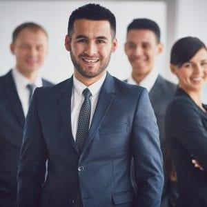 CEO na frente dos demais diretores (CFO e COO)