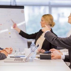 COO coordenando as operações da empresa com os demais funcionários