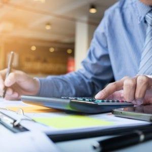 CFO fazendo cálculos relativos às finanças da empresa