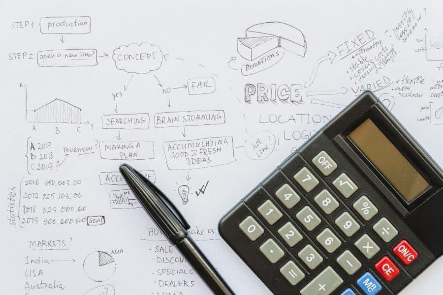 CFO realizando cálculos relativos a situação financeira da empresa