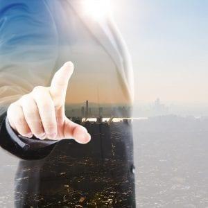 Gestor idealizando o planejamento para abrir uma empresa ao olhar pela janela
