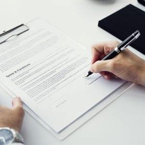 Gestor assinando documentos para abrir uma empresa