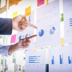Gestores realizando a análise de mercado