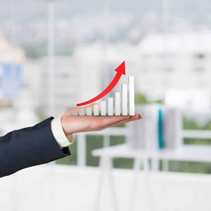 Gestor com um gráfico crescente em mãos representando os resultados de sua expansão empresarial