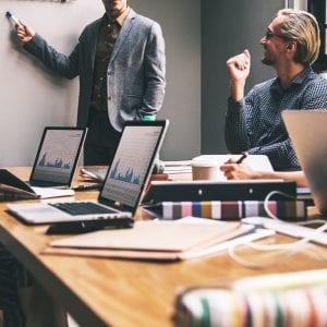 Empresários discutindo em reunião à respeito de um Joint Venture