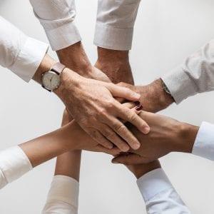 Mãos unidas demonstrando um Joint Venture