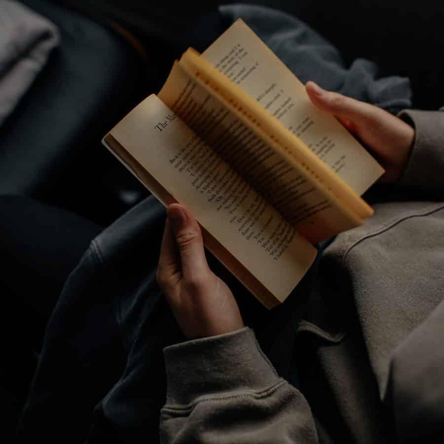 Empreendedor lendo um livro