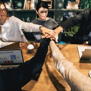 Pessoas se unindo através do Networking