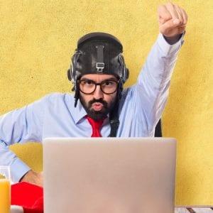 Homem em frente ao seu computador concentrado em sua ideia para empreender