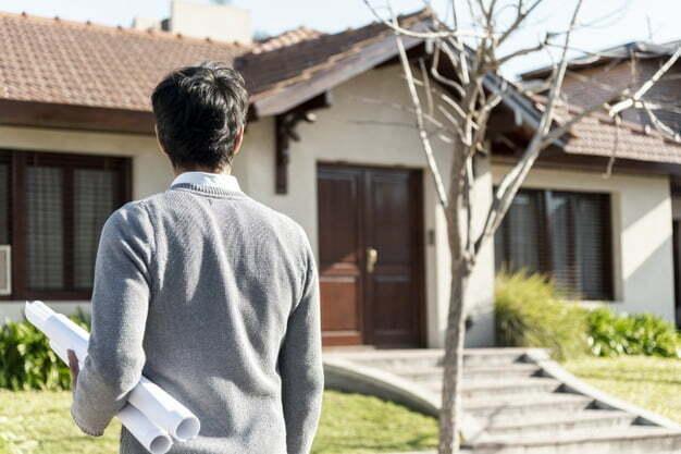 homem de frente a casa avaliação imobiliária
