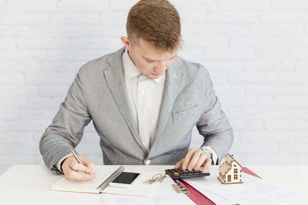 homem fazendo avaliação imobiliária
