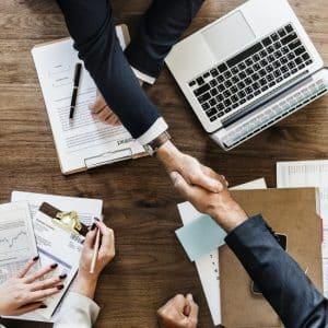 Arrendador e arrendatário firmando um contrato de Arrendamento Mercantil conforme a revisão do CPC 06