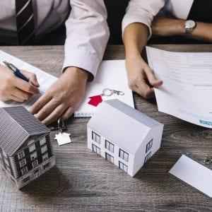 Consultoria realizando a Avaliação Imobiliária
