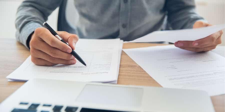 Gestor conferindo os contratos de sua empresa para se adequar à revisão do CPC 06