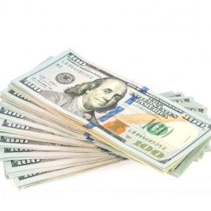 Foto de notas de 100 dólares para ilustrar artigo sobre cotação do dólar