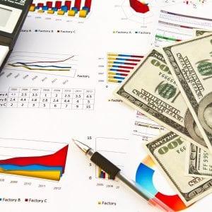 Investidor analisando possíveis resultados do investimento no mercado de câmbio