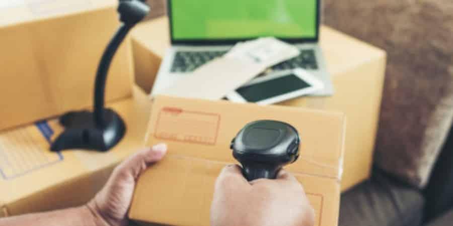 Responsável pelo controle patrimonial conferindo etiquetas RFID