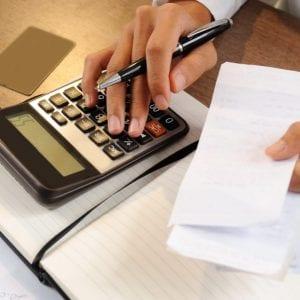 Gestor calculando e registrando suas contas a pagar e a receber