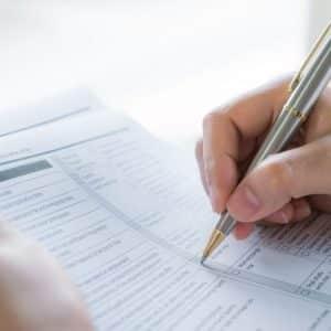 Gestor com checklist em mãos para organizar suas contas a pagar e a receber