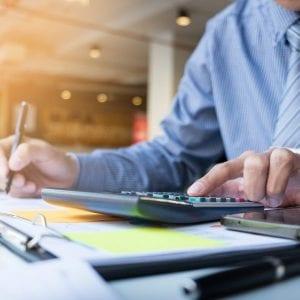 gestor-realizando-calculos-e-analises-para-precificar-a-empresa