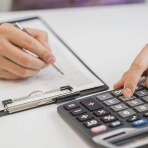 contador-realizando-analises-e-planejamento