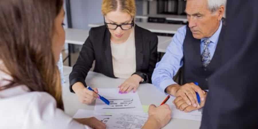 auditores-analisando-demonstrativos-para-fazer-auditoria-interna-e-auditoria-externa