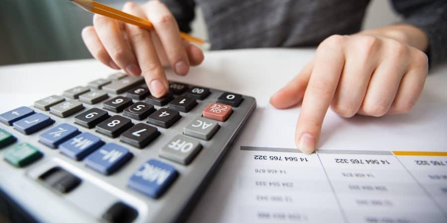 contador-calculando-o-patrimonio-liquido
