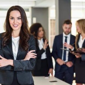avaliadora-externa-diante-dos-gestores-da-empresa