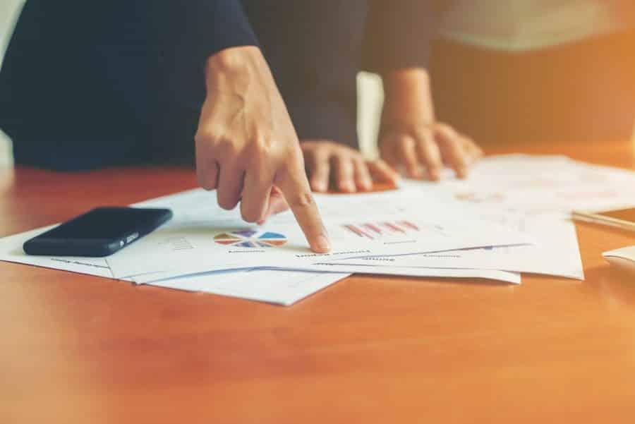 gestores-analisando-planilhas-e-graficos-relativos-ao-fechamento-mensal