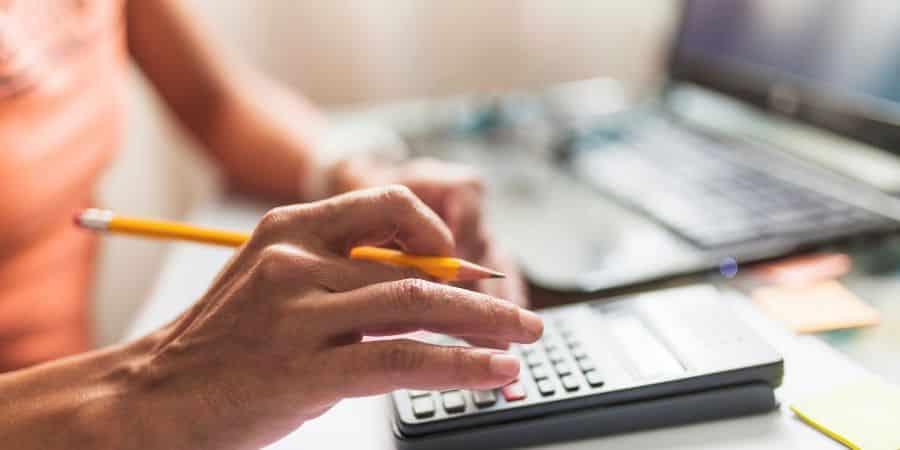pessoa-calculando-a-revisao-orcamentaria
