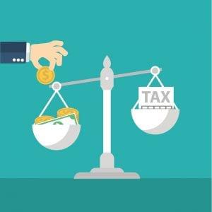 balanca-com-dinheiro-e-impostos-para-representar-o-planejamento-tributario