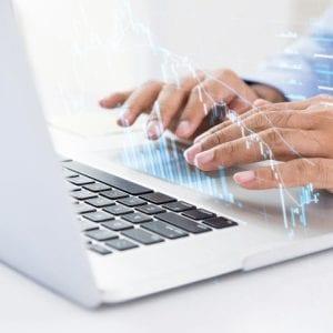Homem negócios, usando computador, busca, para dados para fundo imobiliario