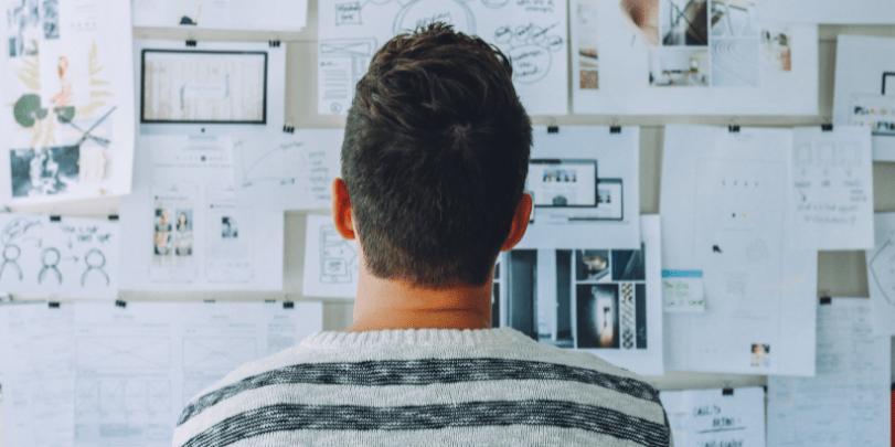 pessoa olhando quadro de-planejamento de uma startup