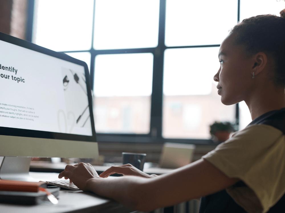 mulher no computador ativo intangível