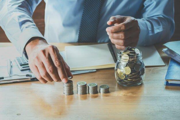controle patrimonial homem contando moedas