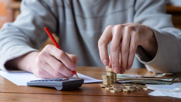 homem calculando controle patrimonial