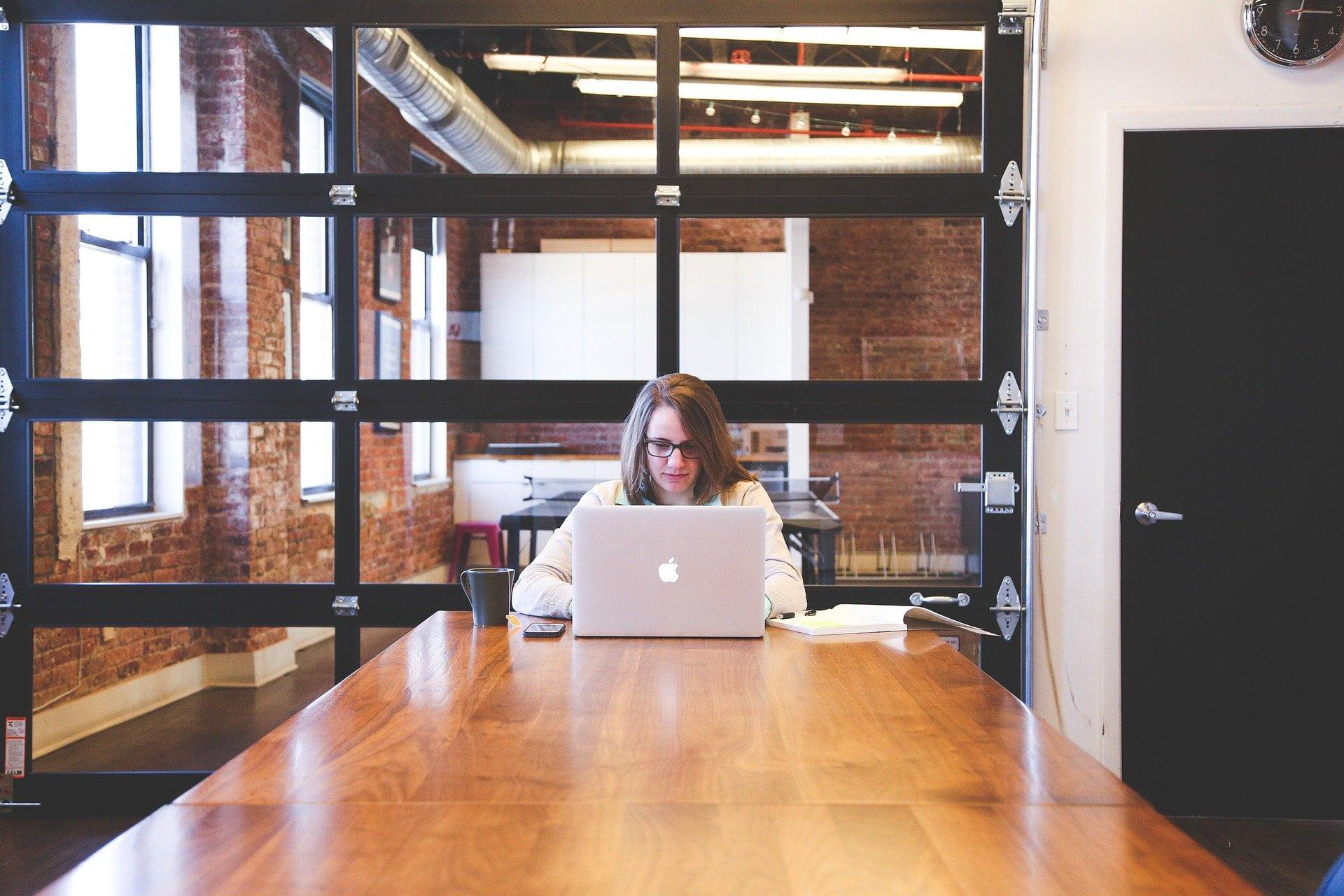 startup-mulher-computador