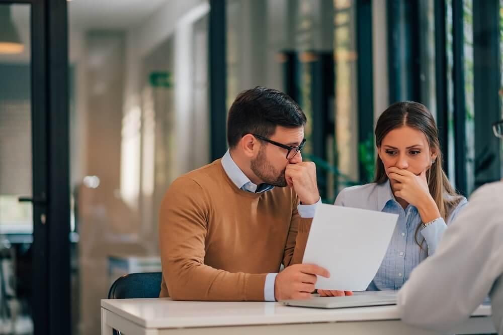 homem e mulher analisando leasing