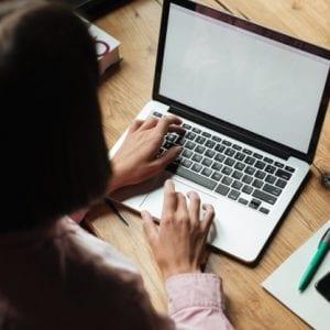 Empresária usando um software em seu computador