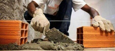 pedreiro passando cimento benfeitorias