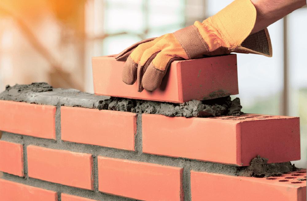 pessoa construindo muro benfeitorias