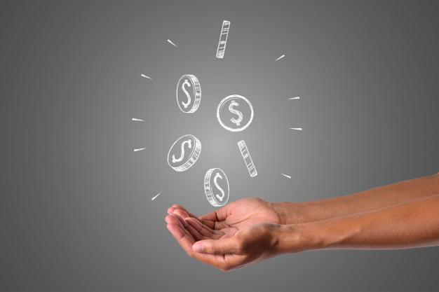 mão com moedas valor justo
