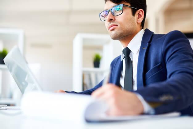 homem analisando viabilidade financeira