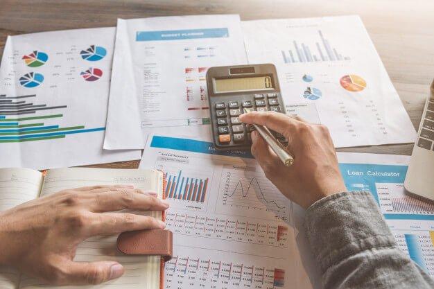 homem calculando viabilidade financeira