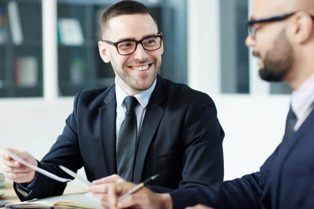 homens analisando a viabilidade financeira