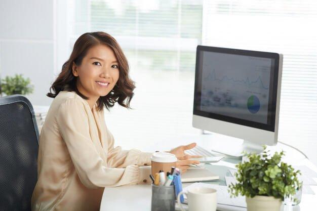 mulher analisando a viabilidade financeira