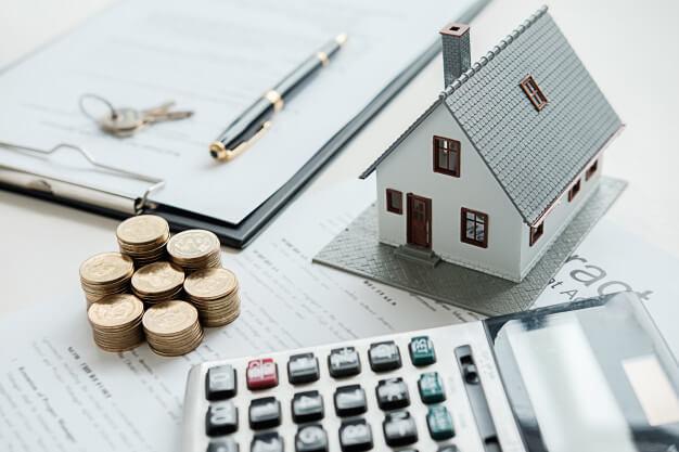 calculadora, moedas e casa aluguel de imóvel