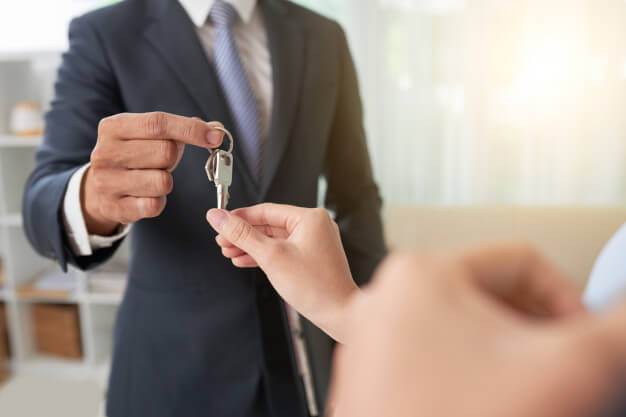 homem entregando chave da casa aluguel de imóvel